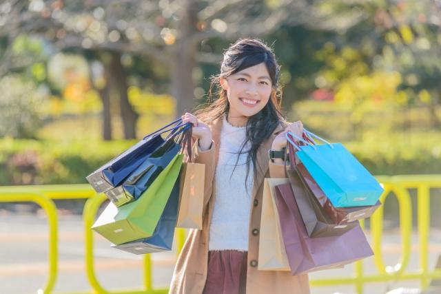 セール品をお得に購入して喜ぶ女性