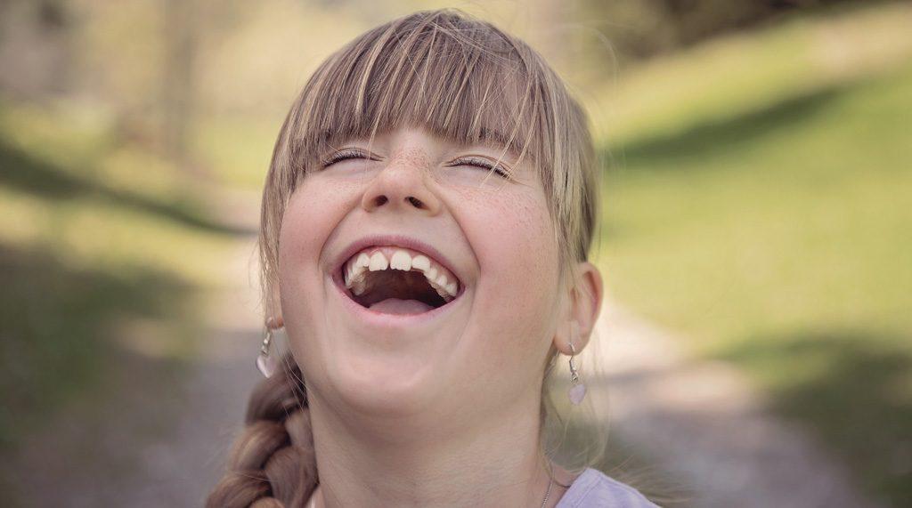 笑顔で歌う女の子