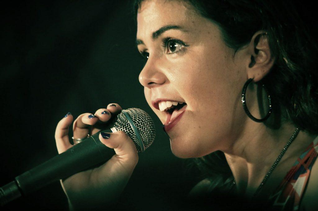 ステージで自信をもって歌う女性