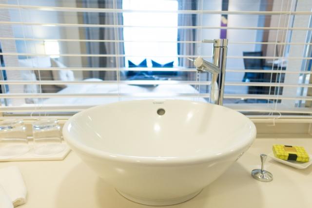 うがい手洗いのしにくそうな白いボウルの洗面所