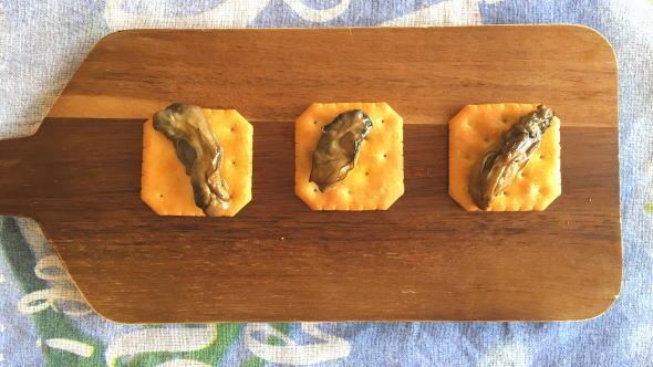 カルディ 燻製牡蠣の缶詰とクラッカー