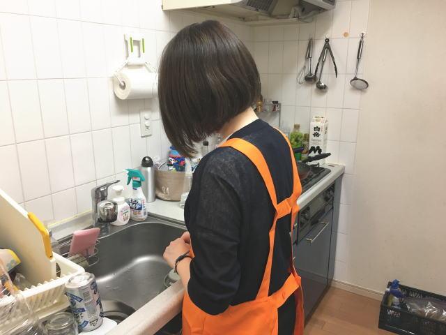 キャットハンドの家事代行・キッチンを掃除する女性スタッフ