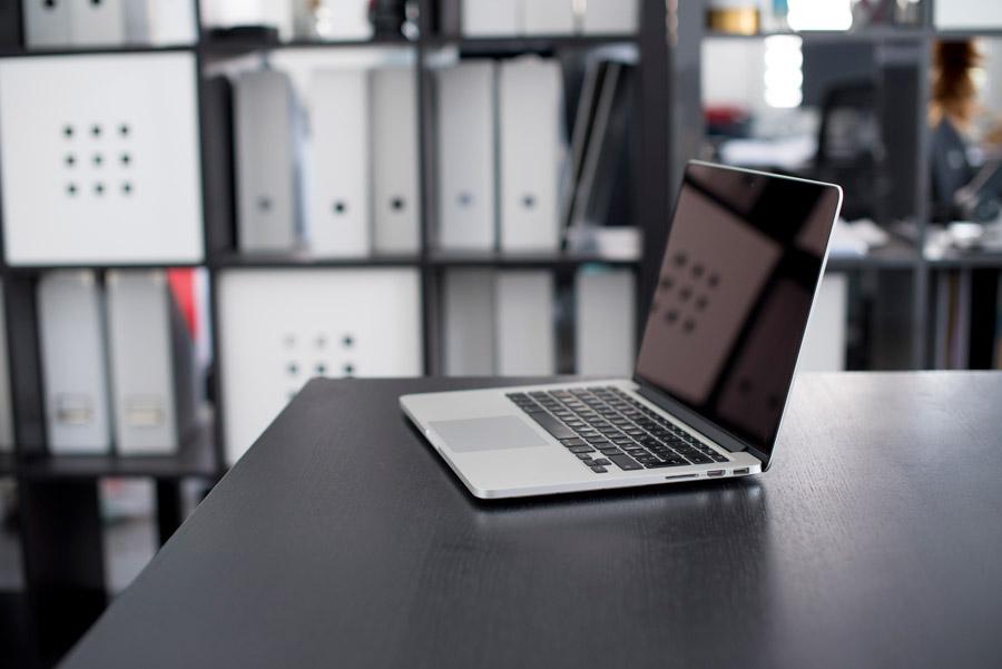 オフィスのデスクに置かれたノートPC