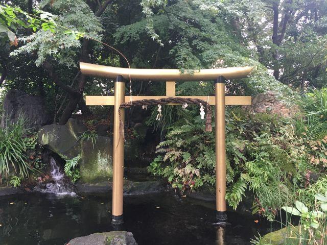 愛宕神社の池の鳥居