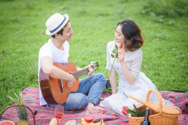 歌うカップル